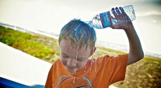 کودکان در گرما چه بنوشند و چه بپوشند؟